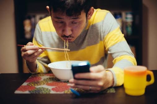 スマホを弄りながら食事、どう思いますか?