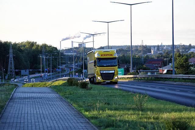 物流の要、トラック運転手の減少問題…